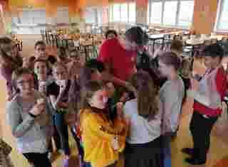 Hlouček dětí s učitelem