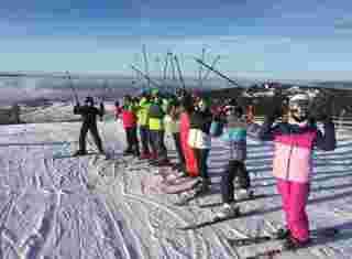 Skupinové foto žáků na lyžích