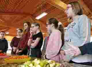 Děti bavící se o ovoci