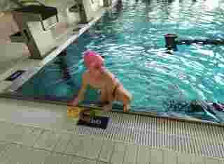 Chlapeček na kraji bazénu
