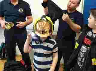 Žák s hasičkou helmou